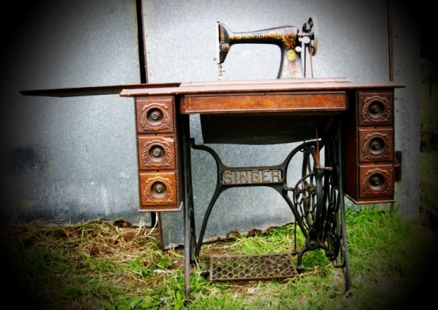 Kitty – My Singer Treadle Sewing Machine
